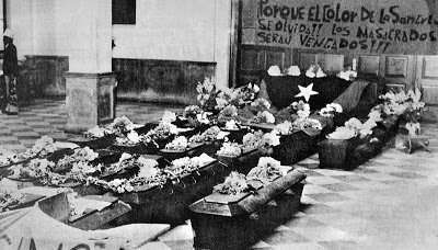 Sepelio de campesinos y estudiantes asesinados en la Embajada de España en el Paraninfo Universitario. Fotografía facilitada por Ximena Morales del archivo de Mauro Calanchina.
