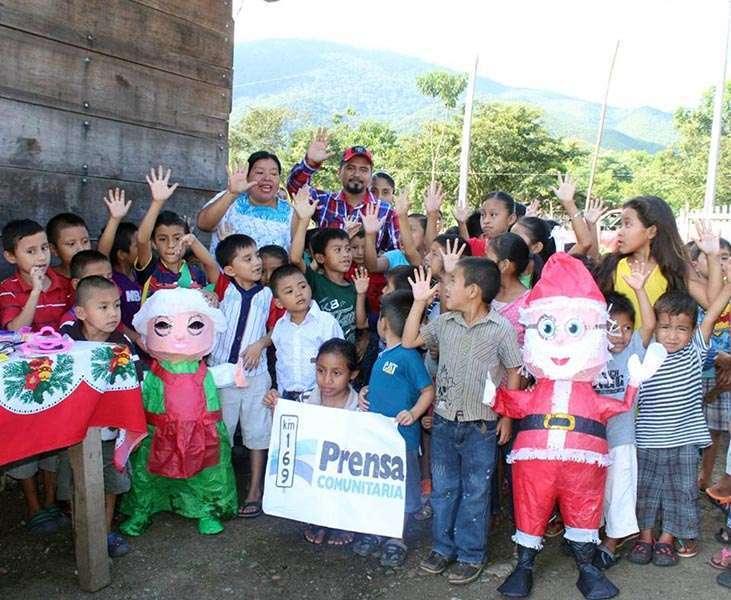 La población de El Estor se une al festejo de Prensa Comunitaria