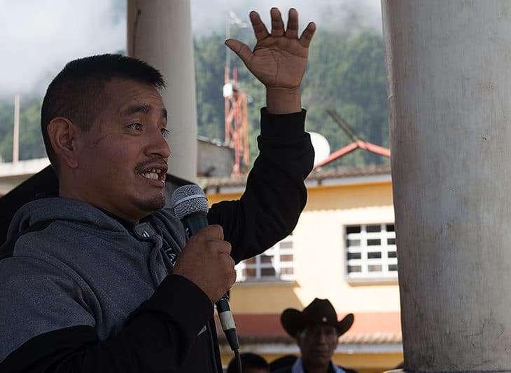 Julio Gómez, Maya Chuj Coordinador del Gobierno Ancestral Plurinacional local, dirigiéndose a miles de personas en el Parque Central de San Mateo Ixtatán, Huehuetenango.