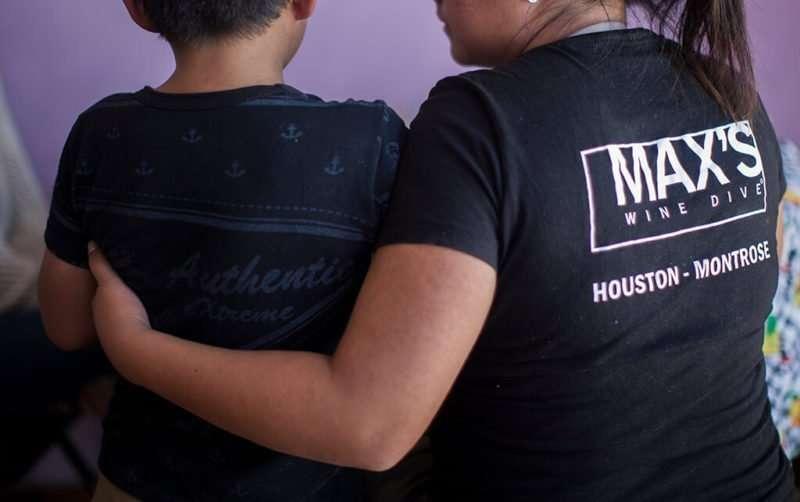 Fátima abraza a su hijo de 9 años