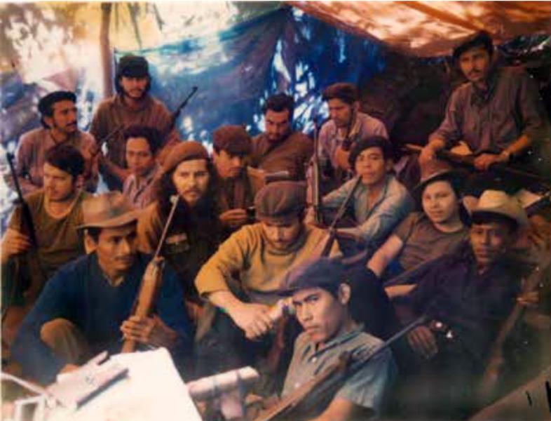 Imagen 1: Combatientes y jefes del EGP, entre ellos Ricardo Ramírez, César Montes, Antonio Fernández Izaguirre, Guillermo Cruz, Celso Morales y Mario Payeras. Montañas del Quiché, Guatemala, 1974.