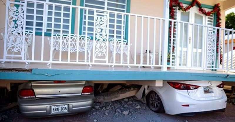 Una vivienda cayó sobre vehículos estacionados después de un terremoto registrado en Guánica, Puerto Rico, el lunes 6 de enero de 2020.