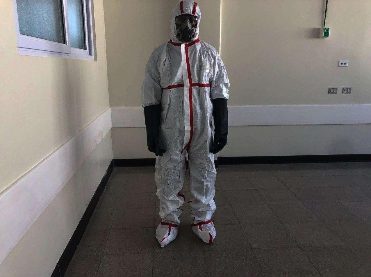Doctor German Aguilar con el traje de emergencia.