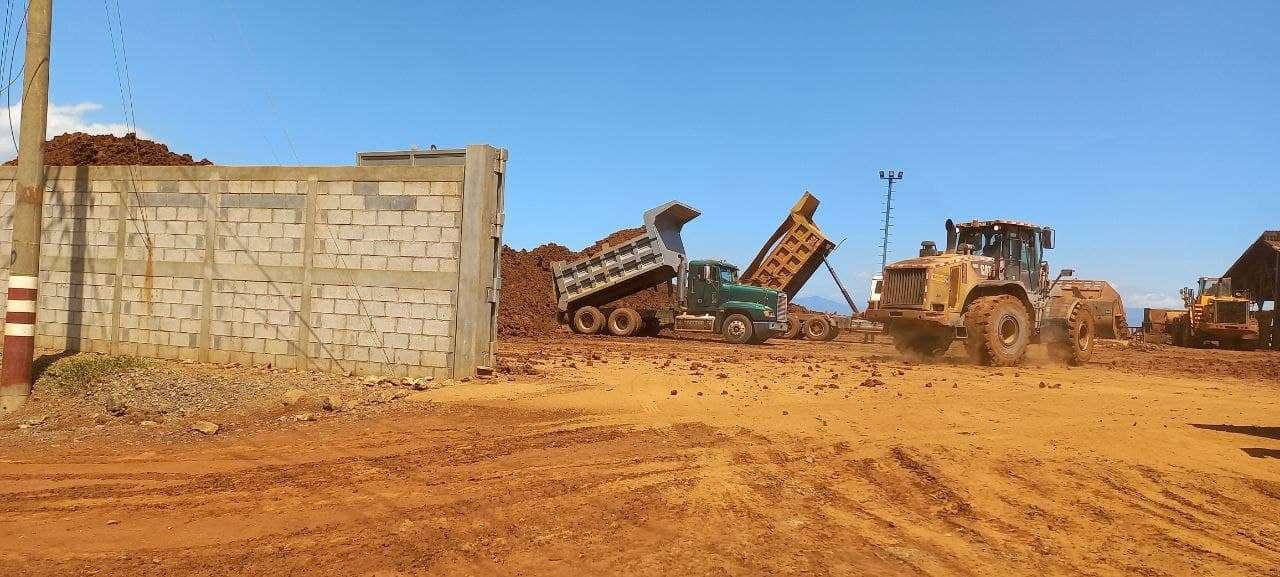 Maquinas extrayendo minerales en El Estor