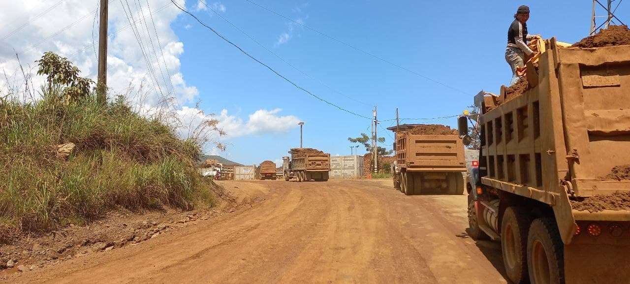 Maquinaria pesada trasladando minerales en El Estor