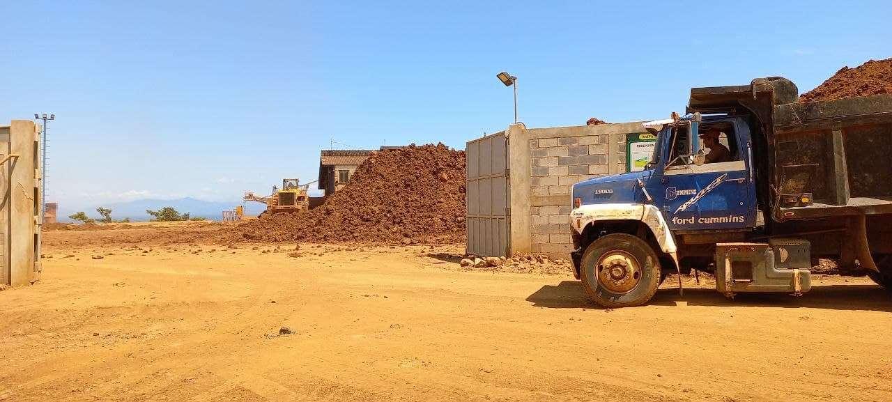 Maquinaría trasladando minerales a Planta Procesadora en El Estor